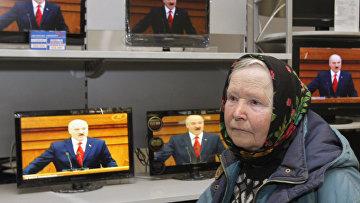 Пожилая женщина выбирает телевизор в магазине в Минске