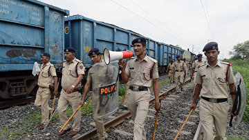 Сотрудники индийской полиции патрулируют железнодорожные пути