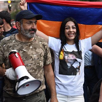 Никол Пашинян на митинге в Ереване в связи с отставкой премьер-министра Сержа Саргсяна