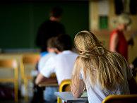 Ученики решают тесты в парижской школе, Франция