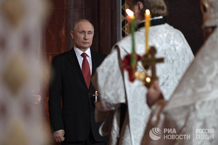 Владимир Путин на праздничном пасхальном богослужении  в кафедральном соборном Храме Христа Спасителя. 8 апреля 2018
