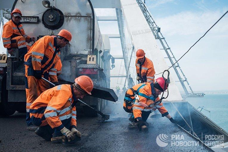 Рабочие на строительстве Крымского моста