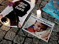 Акция в поддержку Альфи Эванса перед зданием посольства Великобритании в Варшаве