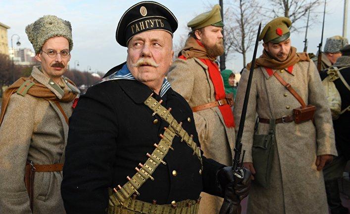 Участники интерактивной исторической реконструкции «Петроград 1917», посвященной 100-летию Октябрьской революции, вСанкт-Петербурге.