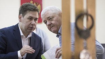 Норвежец Фроде Берг, обвиняемый в шпионаже общается со своим адвокатом Ильей Новиковым