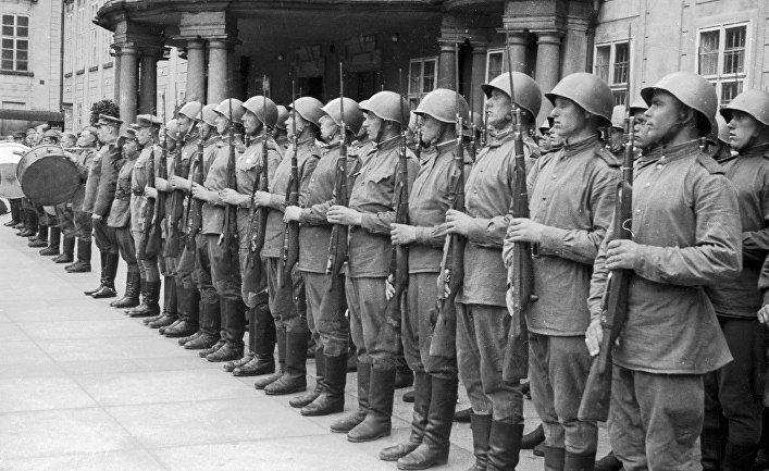 Воины на параде Победы в Пражском граде