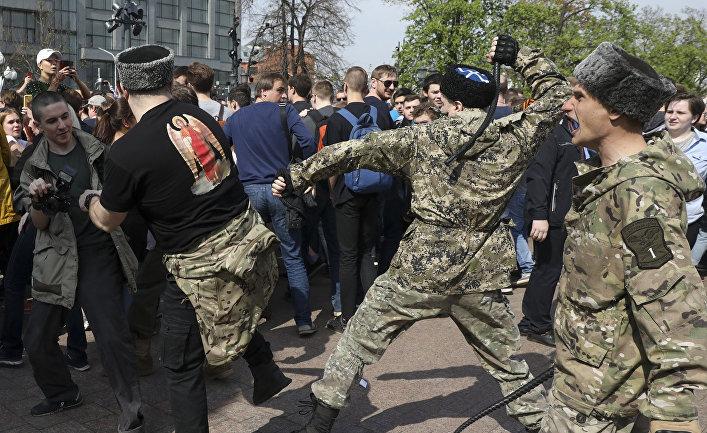 Бойцы национально-освободительного движения во время столкновений с митингующими во время акции протеста в Москве