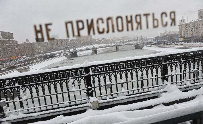 Вид из вагона поезда московского метрополитена