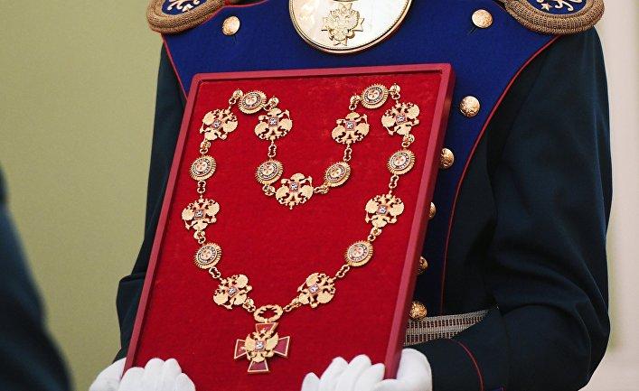 Солдат Президентского полка вносит знак президента РФ на церемонии инаугурации президента РФ Владимира Путина. 7 мая 2018