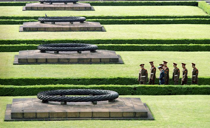 Группа советских солдат в Трептов-парке у могил советских воинов