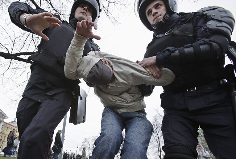 Полиция задерживает протестующего во время акции протеста в Санкт-Петербурге