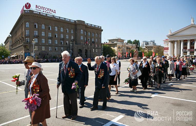 Ветераны во время военного парада в Волгограде