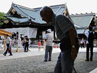 Пожилой мужчина посещает храм Ясукуни в Токио, Япония