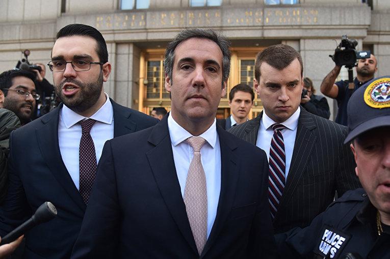 Личный адвокат президента США Дональда Трампа Майкл Коэн покидает здание суда в Нью-Йорке