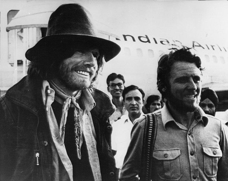 21 мая 1978. Альпинисты Райнхольд Месснер и Петер Хабелер в аэропорту Нью-Дели после бескислородного восхождения на Эверест