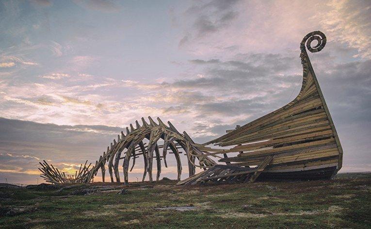 """Арт-объект """"Драккар"""" на острове Вардё, Норвегия"""