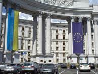 Флаги Украины и ЕС на здании МИД Украины
