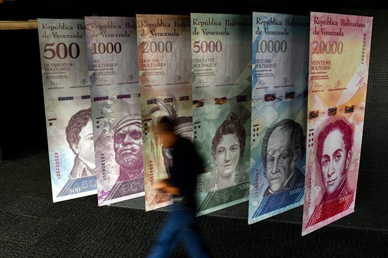 Баннеры с изображением валюты Венесуэлы в Каракасе