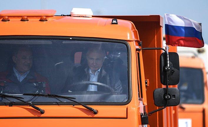 """Президент РФ Владимир Путин за рулем автомобиля """"КамАЗ"""" во время открытия Крымского моста"""