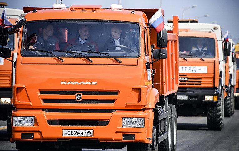 Президент РФ Владимир Путин за рулем головной автомашины «Камаз»