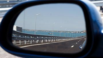 Крымский мост в отражение в зеркале автомобиля