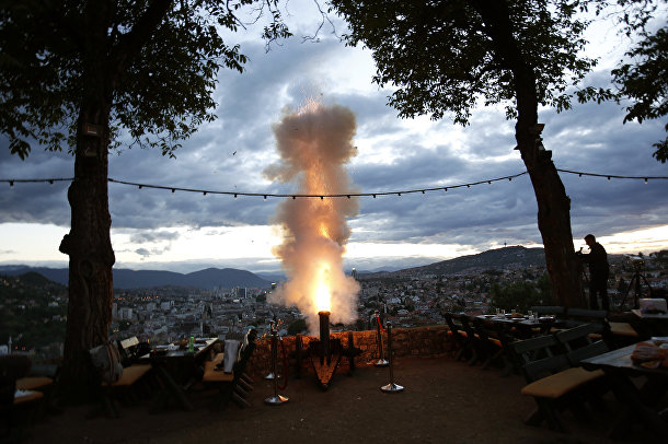 Босниец Смаил Кривич стреляет из своей фейерверковой пушки