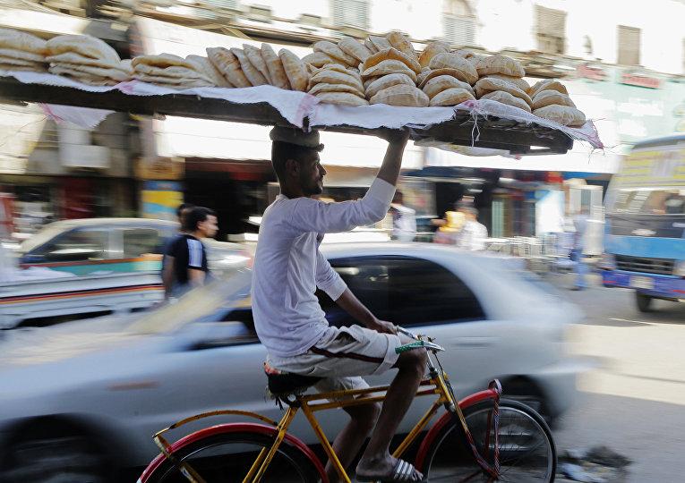 Продавец на рынке Сайеда Зейнаб за день до священного месяца Рамадан