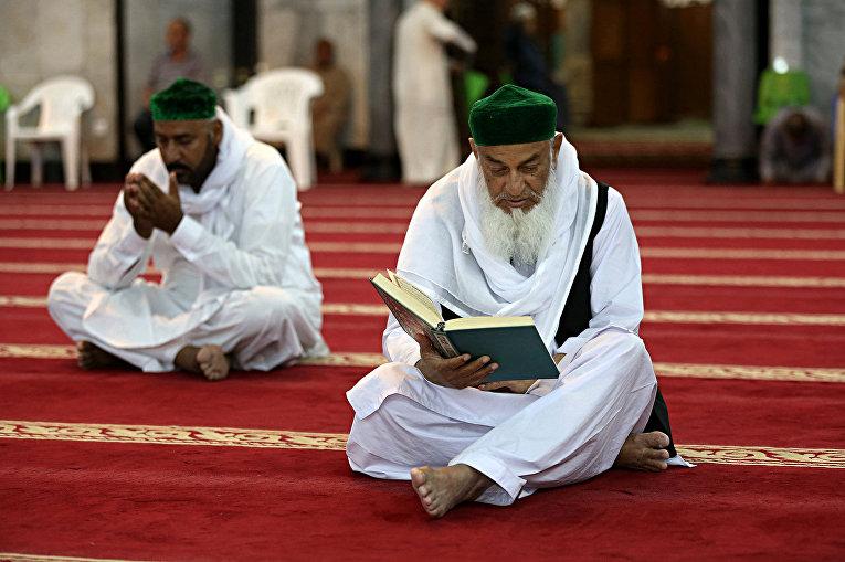 Мусульмане читают Коран в мечети Абдул-Кадир Аль-Гайлани в Багдаде