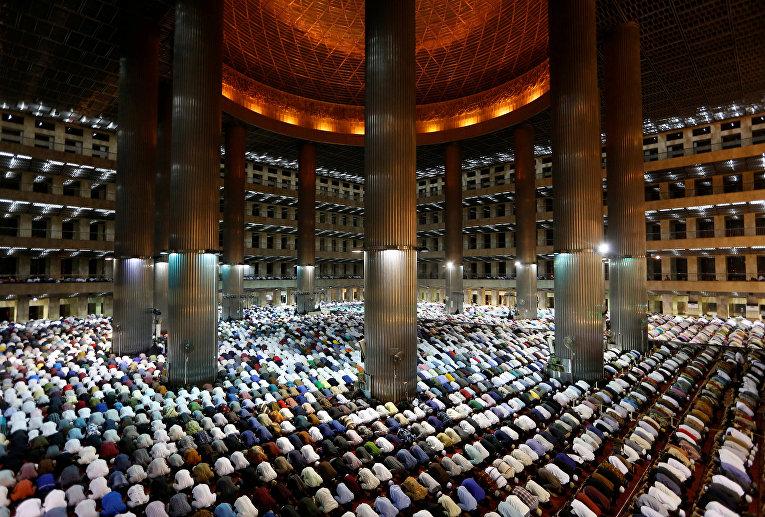 Индонезийские мусульмане молятся в первый день священного месяца Рамадан