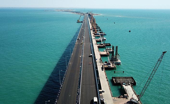 Рабочие на строительстве автомобильных подходов к мосту через Керченский пролив со стороны Таманского полуострова