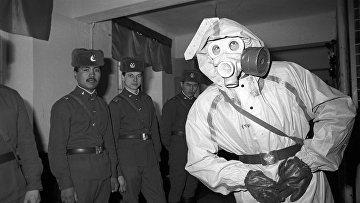 Солдаты Вильнюсского гарнизона, расположенного в Северном городке, во время учений, готовящих к ведению боевых действий в условиях ядерной, химической и бактериологической войны