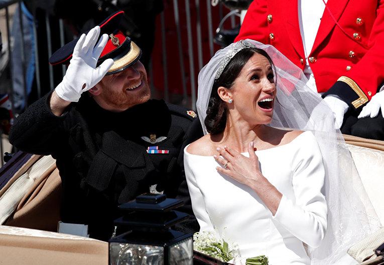 Британский принц Гарри и его жена Меган Маркл покидают церковь Святого Георгия в Виндзоре, Англия