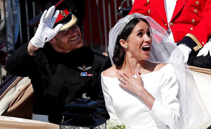 Британский принц Гарри и его жена Меган Маркл покидают церковь Святого Георгия в Виндзоре, Англия. 19 мая 2018