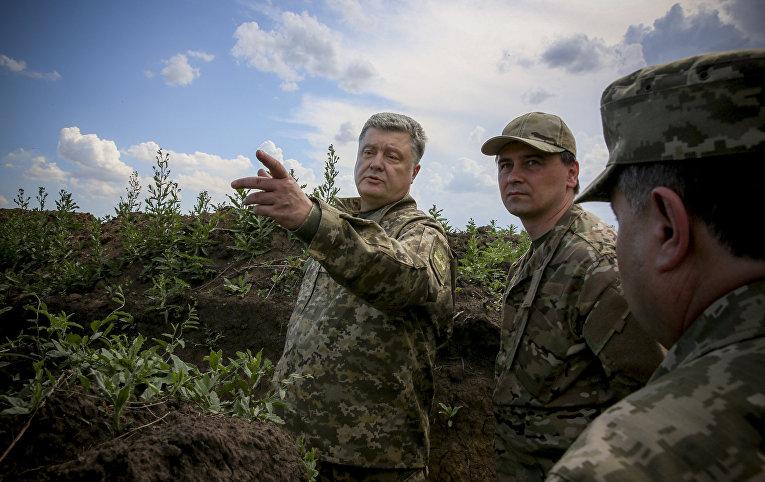 Петр Порошенко осматривает укрепления в Донецкой области