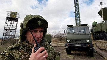 """Офицер координирует выдвижение систем С-400 """"Триумф"""" на позиции"""