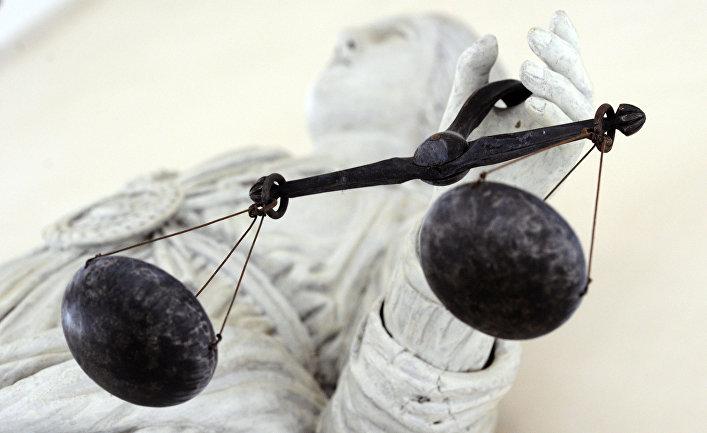 Мраморная статуя, изображающая Фемиду в городе Ренн, Франция