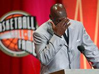 Майкл Джордан не может сдержать эмоции во время церемонии в Зале славы баскетбола имени Нейсмита в Спрингфилде, США