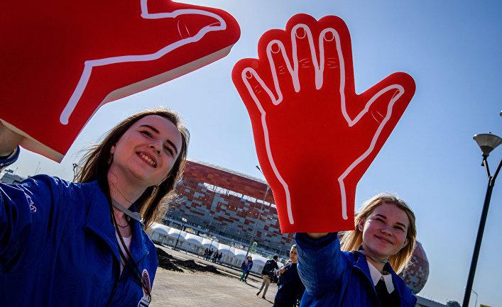 Волонтеры приветствуют болельщиков возле стадиона «Мордовия Арена» в Саранске