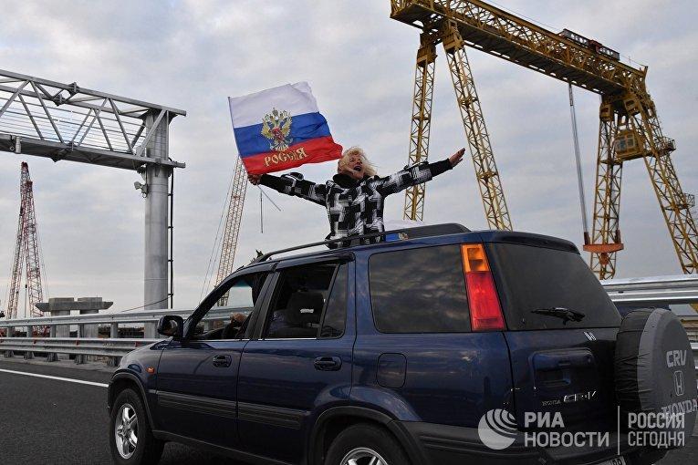 Автомобилист едет по автодорожной части Крымского моста. 16 мая 2018