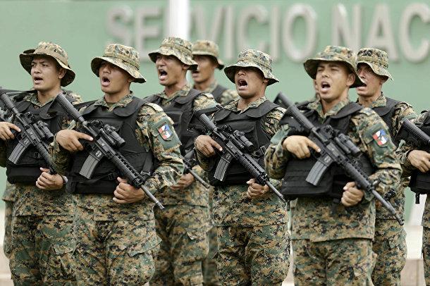 Солдаты панамской пограничной службы во время церемонии смены командования в Панаме