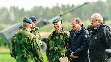 Премьер-министр Швеции Стефан Лёвен и министр обороны Петер Хультквист на военных учениях