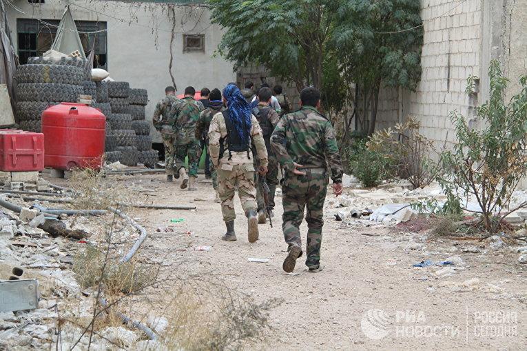 Сирийские солдаты проводят спецоперацию в городе Дарайя в пригороде Дамаска