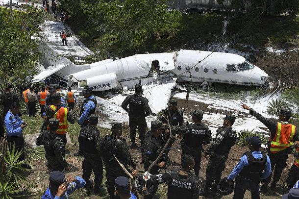 Самолет, выкатившийся за пределы взлетно-посадочной полосы в международном аэропорту Тонконтин в Тегусигальпе, Гондура
