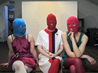 Участники российской феминистской панк-рок-группы Pussy Riot дают интервью Associated Press в Москве