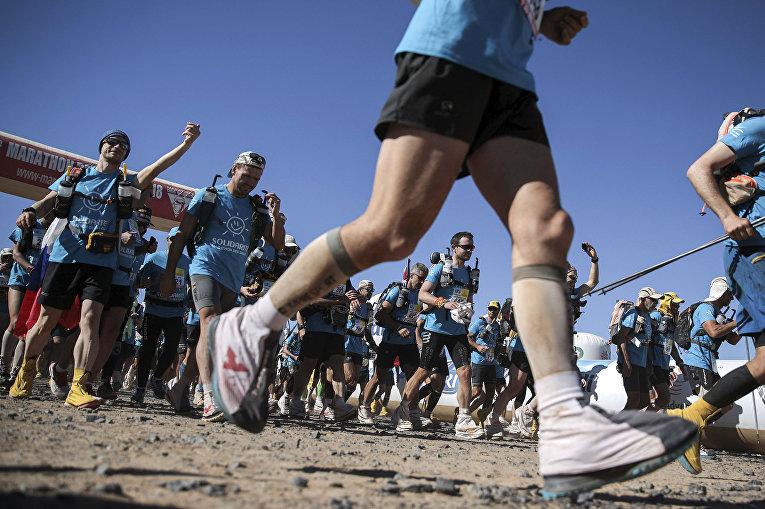 Участники марафона в пустыне Сахара