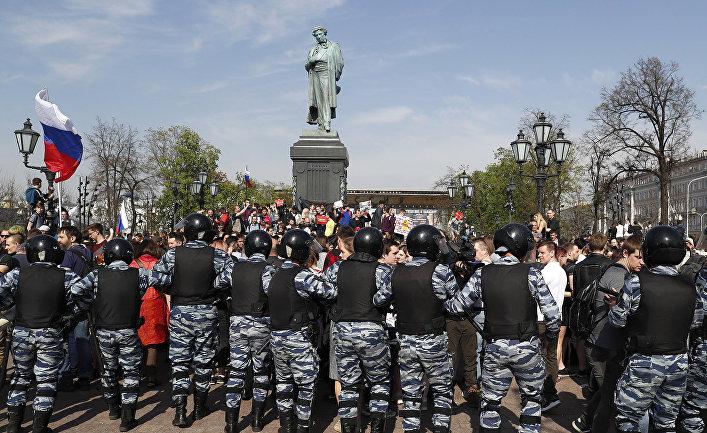 Сотрудники полиции во время несанкционированной акции оппозиции на Пушкинской площади в Москве.