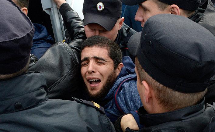 Российские полицейские задержали участника несанкционированного митинга на Дворцовой площади в Санкт-Петербурге