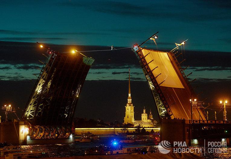 Канатоходец во время выступления в Санкт-Петербурге по случаю ПМЭФ