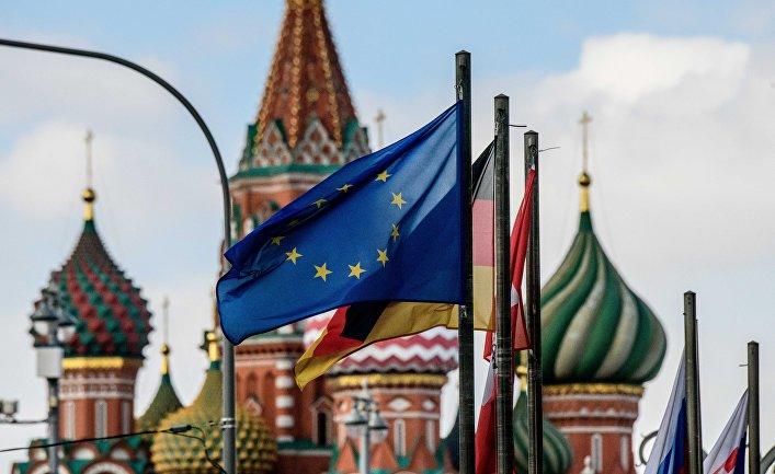 Флаги европейских государств и Евросоюза на фоне храма Василия Блаженного в Москве