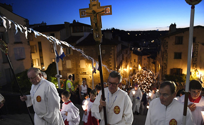 Поломники во время крестного хода в Ле-Пюи-ан-Веле, Франция